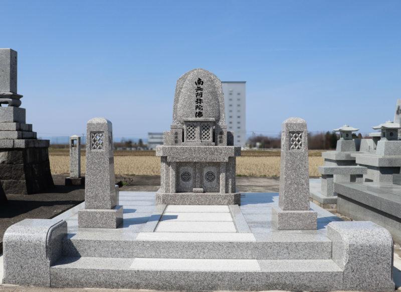 和洋折衷型墓石 デザイン付き 写真